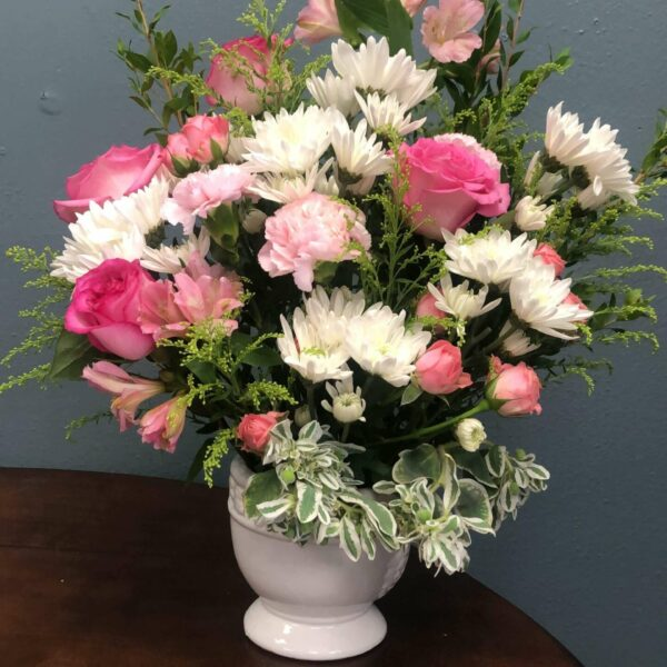 Vase with white flowers and pink roses